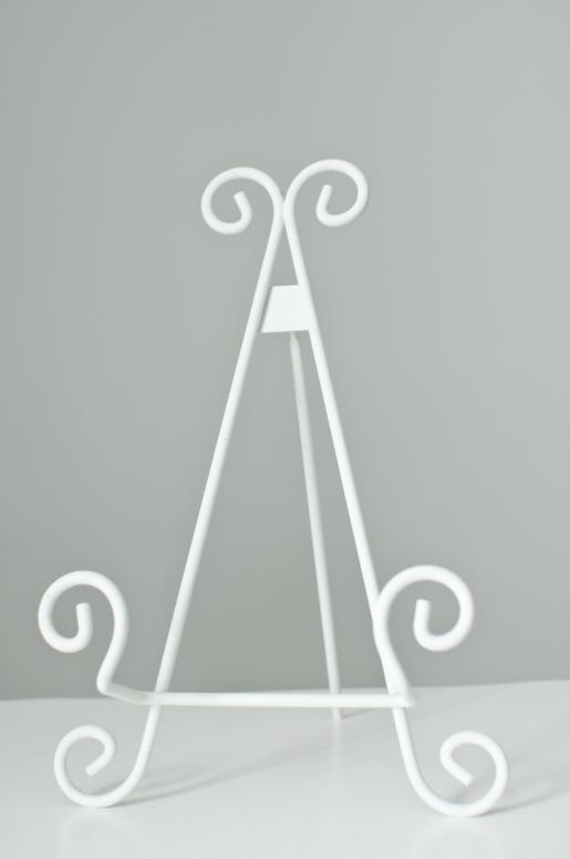 Chevalet de table. Blanc ou noir. 9, 11 ou 13 pouces. White metal easel. Comes in black as well and in 9 in, 11 in or 13 in.